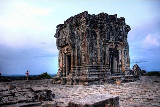 Trên đỉnh núi Bakheng còn có một ngôi đền có kiến trúc độc đáo giống như ở Angkor vậy