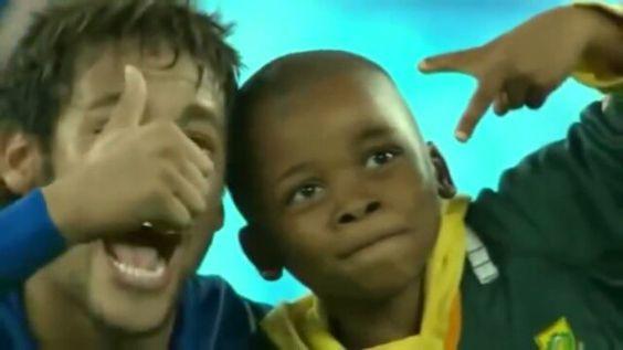 #TBT Ney e os jogadores da seleção fazendo uma criança sorrir com um simples gesto.