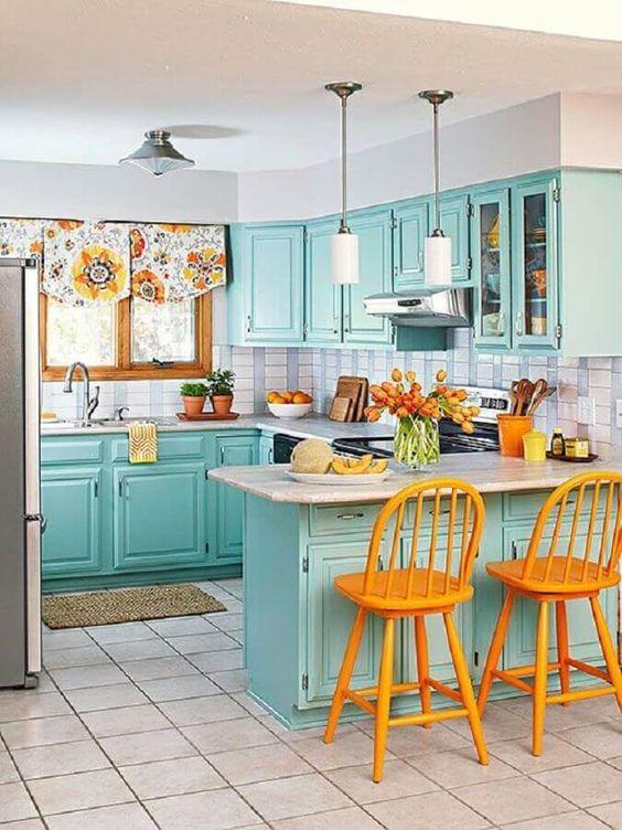 Na decoração retrô para cozinha verde água as banquetas amarelas foram responsáveis por deixar o ambiente mais alegre – Foto: Home Decoration Ideas. Decoração retrô para cozinha verde água com banquetas amarelas  #verde #verdeaguaimagens #verdeaguafundo