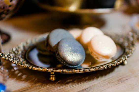 #macarons #gold Ja! Eine Verlobung an Silvester mit im gliternden Art Deco Stil von Sandra Socha | Hochzeitsblog - The Little Wedding Corner