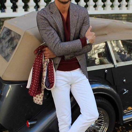 Calça branca com camisa vinho e blazer para um visual elegante.