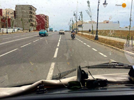 Endlich raus aus Tanger: Die mehrspurige Straße führt direkt in den Süden, und da soll es so schnell wie möglich hin. Die Stadt Tanger ist nur etwas für Extremsportler - das Ausweichen vor Taxis, das Umfahren von Mopeds, umherspringende Fußgänger erfordert die ganze Aufmerksamkeit des Fahrers.