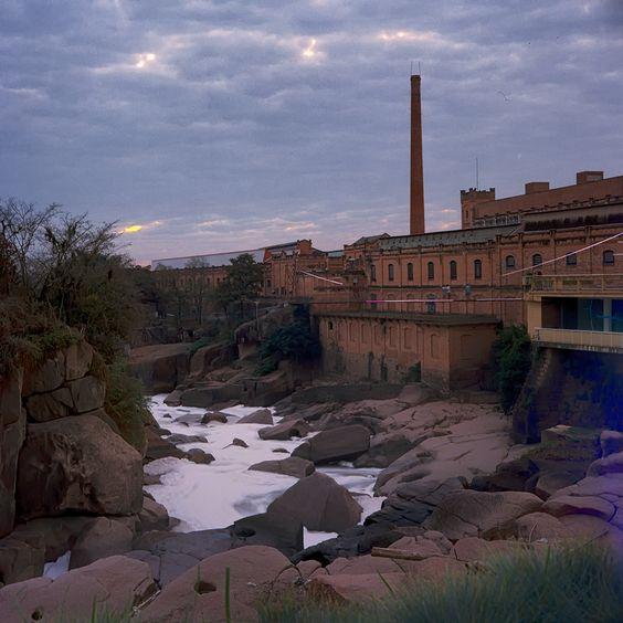 Antiga usina no Rio Tietê. Salto/SP. Usei uma Lubitel 166B de 1984 com filme Kodak Ektar 100. Provavelmente 1s de exposição. Foto captada em julho de 2014.