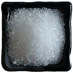 How to Use Epsom Salt to get a more lush lawn, whiter teeth, fertilize roses, increase magnesium levels, to exfoliate, to remove blackheads.