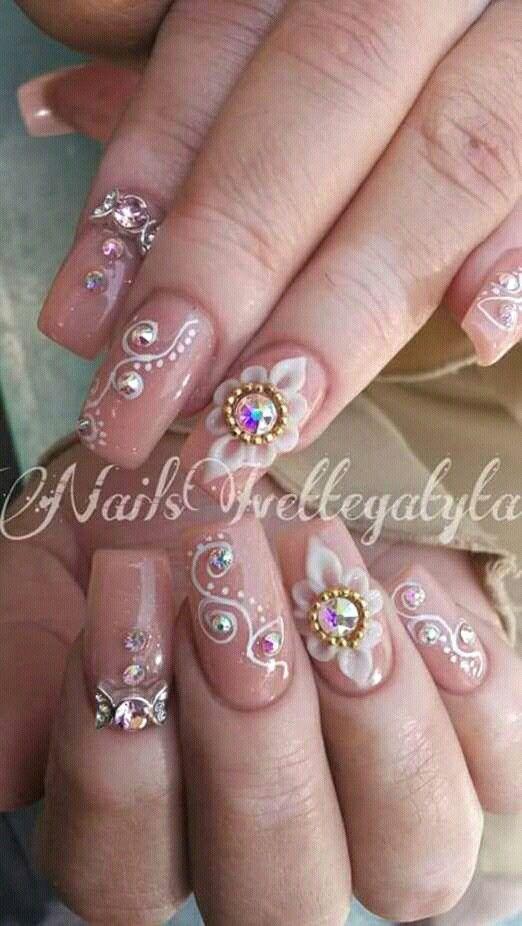 Nails nute con pedreria y flor