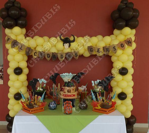Mesa principal de pastel y candy bar.