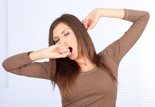 4 aliments anti fatigue.  Quels aliments contre la fatigue ? Troubles du sommeil, de la mémoire et de la concentration, douleurs musculaires, maux de tête, pharyngites, voilà les principaux symptômes de la fatigue. Pour combattre les problèmes de fatigue, il existe des aliments anti-fatigue que vous pouvez introduire dans votre alimentation afin de retrouver la forme rapidement.