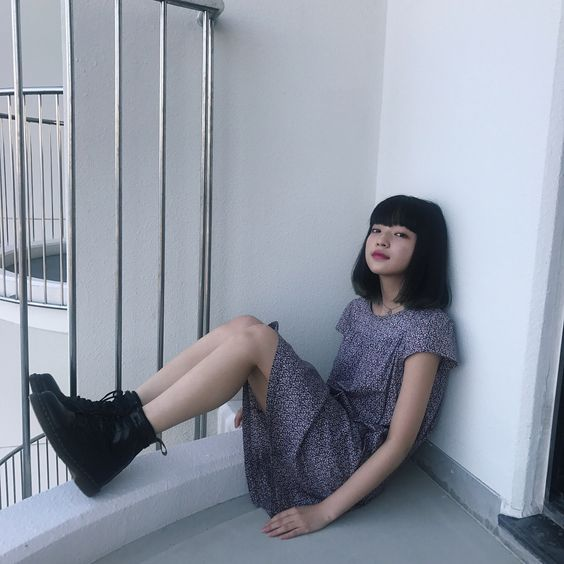 座り込む田中芽衣