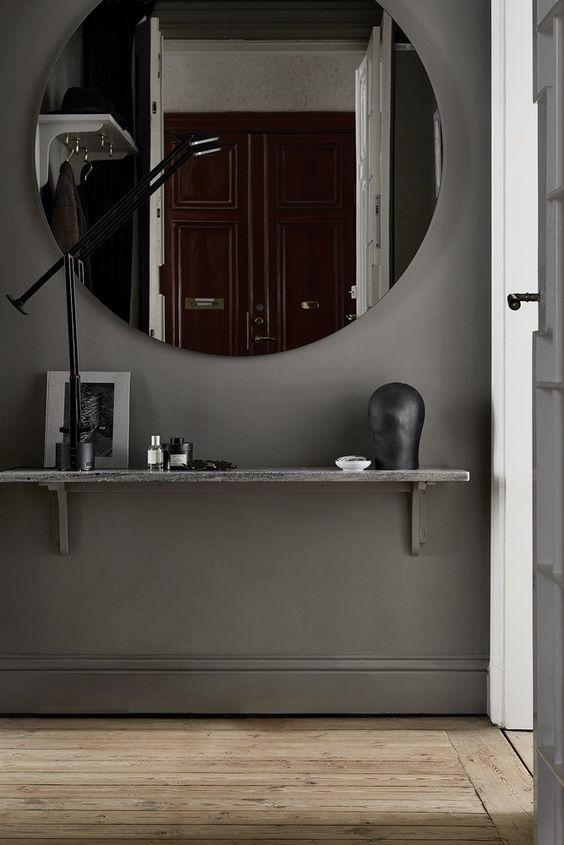 Un miroir rond surdimensionné dans l'entrée.