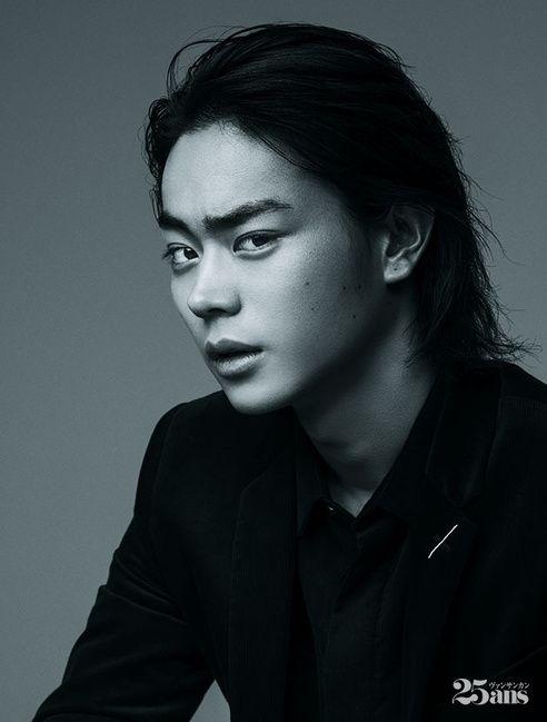 いかつい表情をした菅田将暉の最新画像