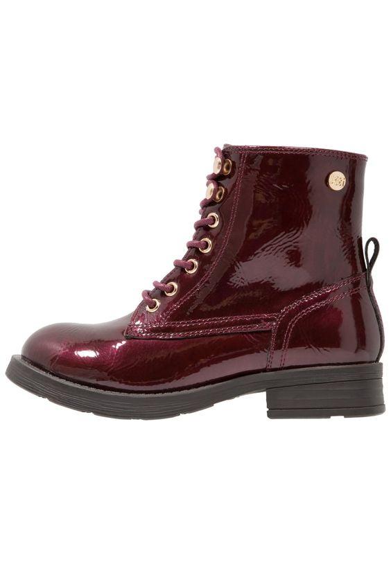 ¡Consigue este tipo de botines con cordones de Xti ahora! Haz clic para ver los detalles. Envíos gratis a toda España. XTI Botines con cordones burgundy: XTI Botines con cordones burgundy Zapatos   | Material exterior: piel de imitación de alta calidad, Material interior: cuero de imitación/tela, Suela: fibra sintética, Plantilla: cuero de imitación | Zapatos ¡Haz tu pedido   y disfruta de gastos de enví-o gratuitos! (botines con cordones, laces, cordón, acordonado, acordonados, sti...