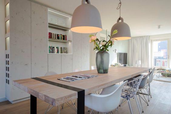 Appartement Amsterdam Maatwerk tafel eiken met stalen frame en maatwerk kast van beton. Bell lampen van Normann Copenhagen. www.comodo-interieur.nl
