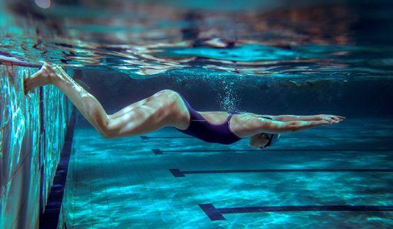 """Estamos acostumbrados a entrenar core en el gimnasio, en la playa, en casa o en cualquier lugar, pero siempre """"en seco"""". El agua y la piscina también te da la posibilidad de tener un abdomen plano y sobre todo útil y fuerte. Vamos a entrenar a la inver sa: pondremos la natación al servicio del core y no el core al servicio de nadar rápido."""