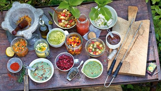 Buntes Vielerlei: So appetitlich können Grillsaucen sein.    Oben von links: Kirschtomatenrelish, Tomaten-Ketchup mit Apfel, Champignoncreme    Mitte von links: Möhren-Koriander-Vinaigrette, Orient-Joghurt-Orangen-Sauce, Petersilien-Liebstöckel-Buttercreme, Paprika-Mais-Pickles, Melonen-Gurken-Pickles, Pflaumensauce    Von unten links: Pistou-Bohnensauce, Rote-Bete-Cranberry-Chutney mit Meerrettich, Sommerkräuterpesto