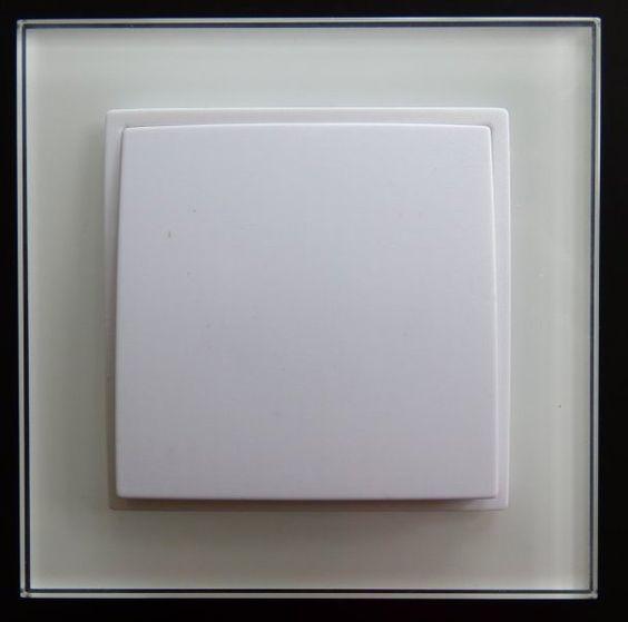 Wechsel Schalter aus der Serie Abelka Nuovo in GLAS Ausführung weiß für moderne Raumgestaltung. Funktionelle und praktische Technik vereint für Glas oder Kunststoffrahmen. Alle Abelka Nuovo Komponenten sind für Längs- und Quermontage geeignet und mit einer eleganten Oberfläche versehen. Technische Daten Wechselschalter: - Anschluss: 230V/50Hz - Kratzfest: Ja - Schaltvorgang: prellfrei - leicht erweiterbar - Rahmen: Glas - Ausführung: Unterputz - Farbe: weiss - Maße: 90x90mm