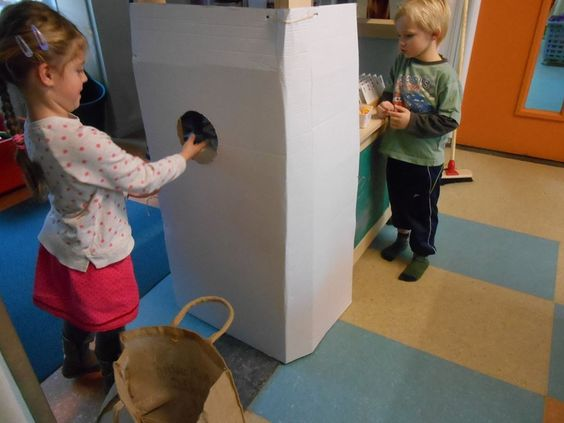 Een kind doet de flessen in de automaat, beiden tellen. De klant krijgt het cijfertje, vervolgens levert de klant het kaartje in bij de kassa, en krijgt hier het aantal muntjes voor.