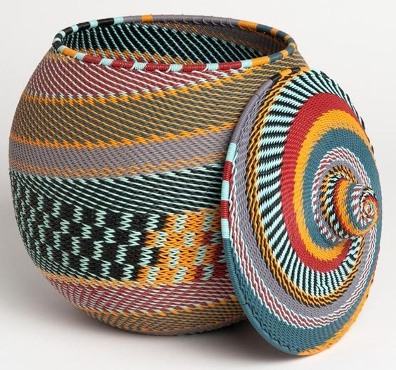 """Panier """"Khamba""""Dimensions: Ø 18 cm – h 23 cm Disponible en 35 combinaisons de couleurs (modèle présenté: Blue Mountain)"""