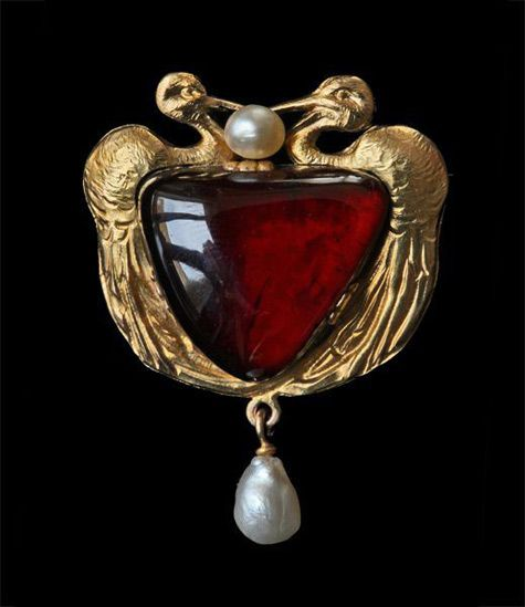 French Art Nouveau Twin Stork pendant/brooch in gold, garnet and pearl  c. 1900