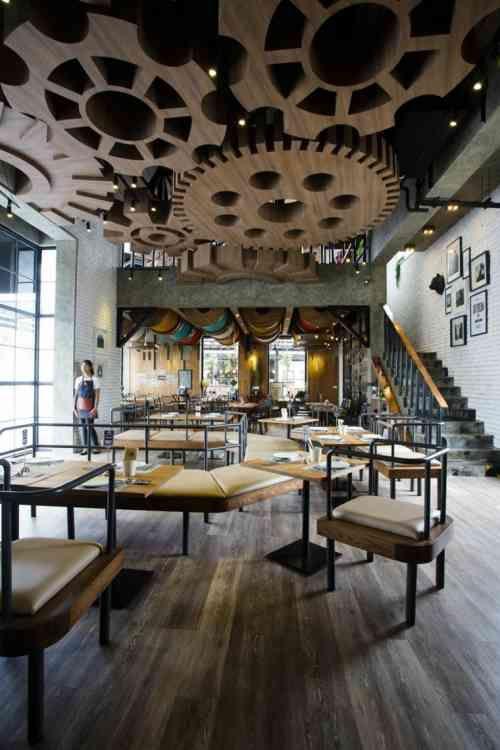 Faux plafond design en bois, Villa de Bear, restaurant à Bangkok
