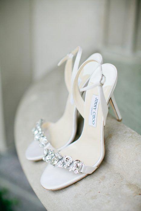 Zapatos de novia color blanco con piedras en la parte de enfrente