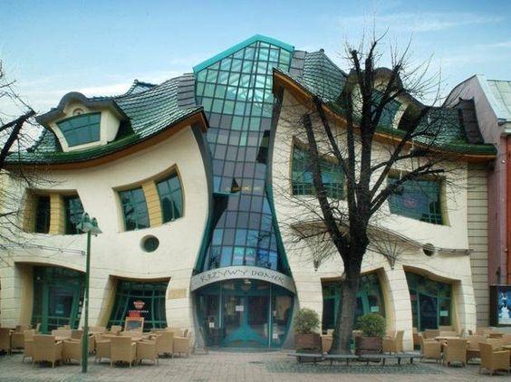 """A Krsywy Domek, ou """"casa torta"""", fica em Sopot, estação balneária do norte da Polônia, e foi construída em 2004. O prédio parece refletido em um espelho que deforma as imagens, tem cerca de 4 mil metros quadrados e faz parte de um shopping center    http://imoveismlara.wordpress.com/   http://www.marcelolara.com.br"""