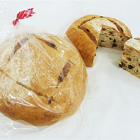 ドライフルーツたっぷりの生地を、さらにパン生地で包んで焼き上げたドーム型のフランスパン。 兵庫「ベル」 フルーツレディミニ 864円