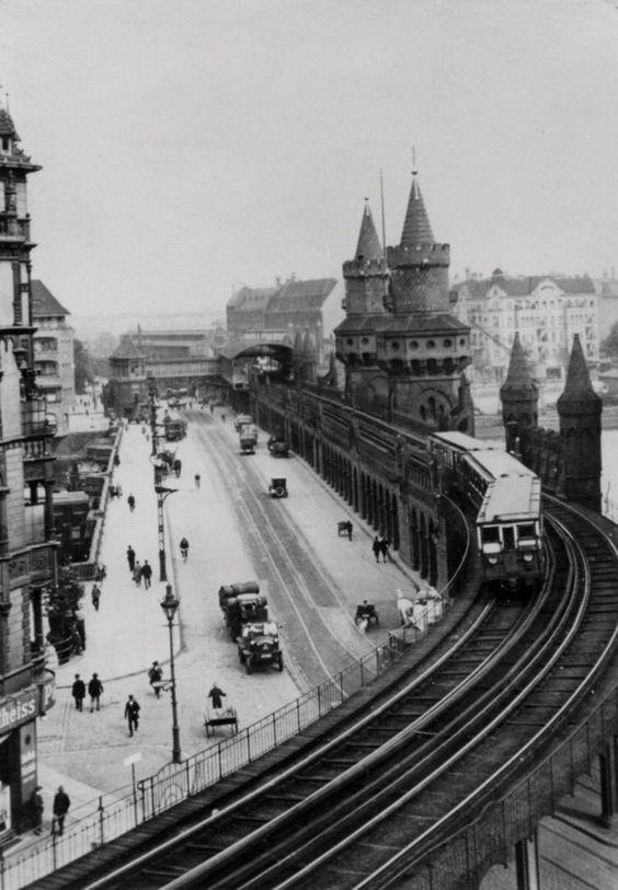 1908 Berlin - Die ersten Automobile ersetzten die Kutsche als Transportmittel. Weiterhin dabei: Die U-Bahn auf der Oberbaumbrücke.