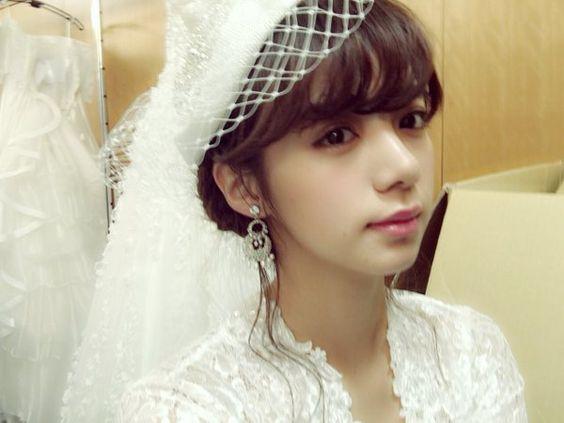 ドレス姿の池田エライザ