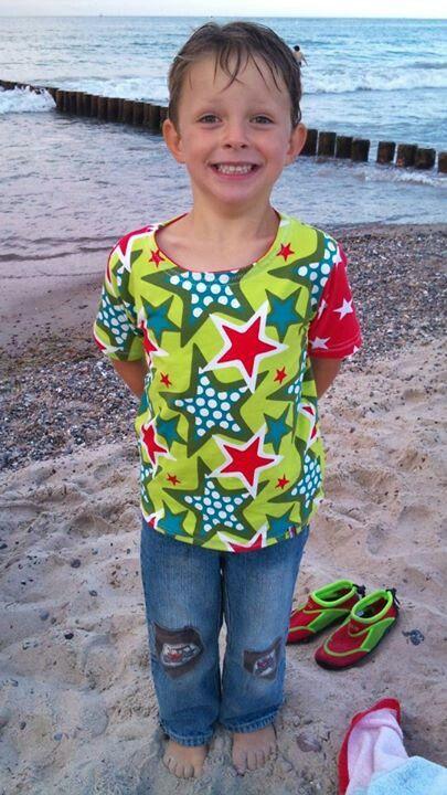 Mein stolzer Neffe mit seinem ganz persönlichen T-Shirt. Den Stoff hat er selbst ausgesucht! Schön, wenn man ne Tante hat, die nähen kann. Ich bin nicht weniger stolz als er :)