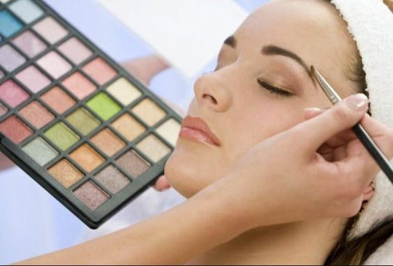 تفسير حلم وضع المكياج للعزباء لابن سيرين والنابلسي موقع مصري Applying Eye Makeup Perfect Eyebrows Eye Makeup