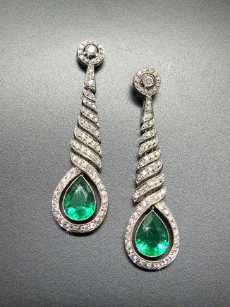Ein Paar klassisch elegante Art Déco Smaragd-Diamant-Ohrhänger um 1925  Platin