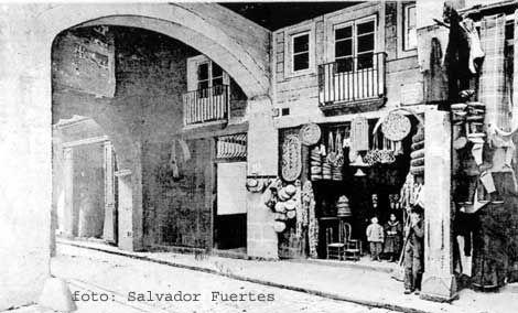 Tienda de la calle Caputxas en la que, como se ve en la foto,  se podía encontrar de todo un poco.