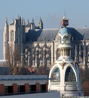 Nantes, France; Vue sur la coupole de l'ancienne usine Lefèvre-Utile qui fabriquait encore au début du siècle dernier les petits LU    En fond la cathédrale de Nantes.