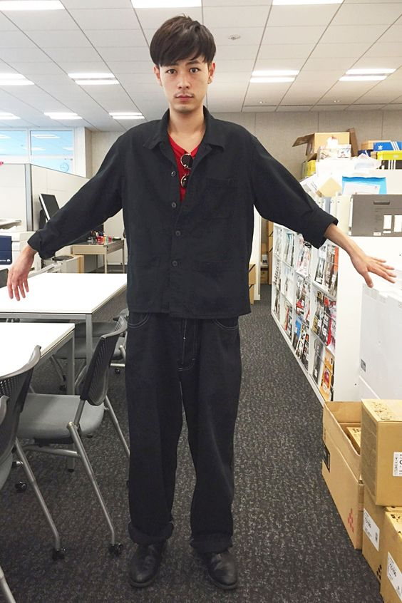 赤がアクセントカラーになっている成田凌のかっこいい高画質画像