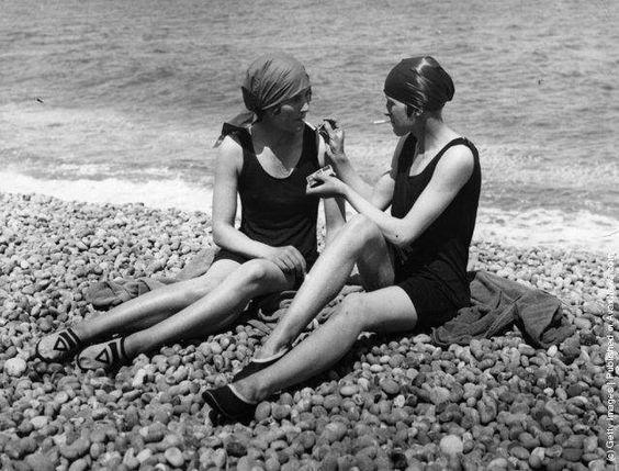 Donne che fumano sulla spiaggia