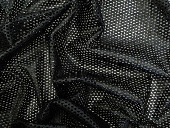 Couro Metalizado Tela, loja online de tecidos (Preto). Couro ecológico com efeito metalizado suave. Possui vazados circulares, seguindo o padrão de uma tela. Tecido leve e maleável, ideal para peças que exijam certa flexibilidade, mas não para peças fluidas.  Sugestão para confeccionar: Saias, shorts, jaquetas, detalhes em peças, vestidos tubinho, entre outros.