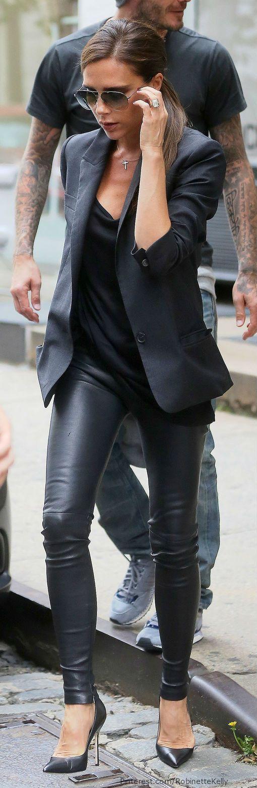 Úsalo con otras texturas. ¿Qué tal con un pantalón de cuero a lo Victoria Beckham?: