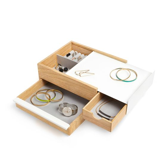 Articolo: 290245668Stowit de Umbra est une boîte à bijoux moderne en bois et métal, avec des tiroirs amovibles pour stocker des bijoux et des accessoires. Stowit est la solution parfaite pour ranger les accessoires de toutes sortes grâce à ses nombreux compartiments. Fermé complètement, il assure un maximum d'intimité. Les poignées ergonomiques vous permettent d'ouvrir facilement chaque compartiment. Les tiroirs sont doublés avec un tissu de lin à l'intérieur. La base est molletonnée pour…