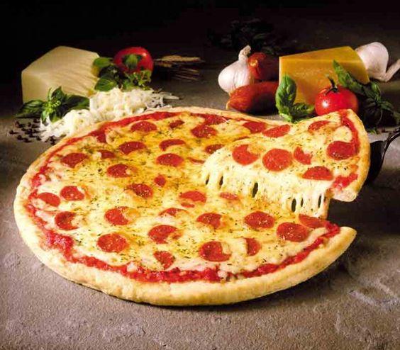 Pizza Pepperoni. Quiza no sea muy popular aquí en España, pero es una de las más comidas en todo el mundo. Salsa de tomate con un toque (al gusto) de chili, edam, gouda y un poco de parmesano (para que esté crujiente) y como no, Pepperoni del bueno. Probarla.