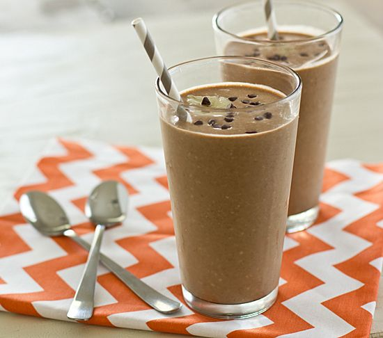 Healthy Mexican Chocolate Breakfast Shake by ohmyveggies: Made with old fashioned oats, almond, soy or coconut millk, cocoa powder, cinnamon, agave nectar, honey or other sweetener and banana. What's not to like? #Breakfast #Mexican_Chocolate #Shake #ohmyveggies