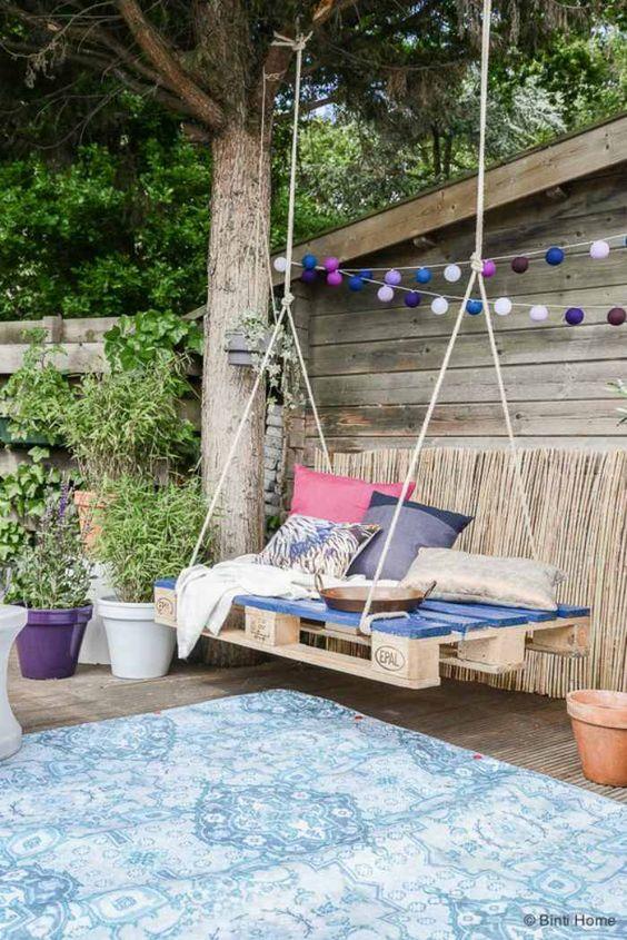 Hout is een materiaal dat in de tuin en op het terras ontelbaar veel functies kan vervullen. Je kunt het gebruiken voor tuinmeubels, maar bijvoorbeeld ook voor klimtoestellen, schuttingen en tuinpaden. Wat je ook met het hout doet, je tuin krijgt er een natuurlijke uitstraling door die de sfeer in vrijwel alle gevallen ten goede