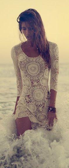 Saída de praia com motivos de crochê em círculos.