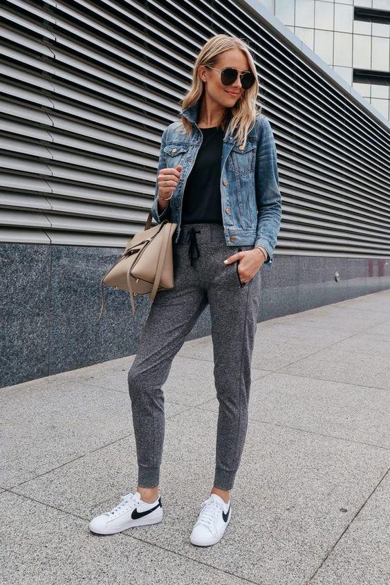 Mujer con sudadera gris, camiseta negra y chaqueta de jeans