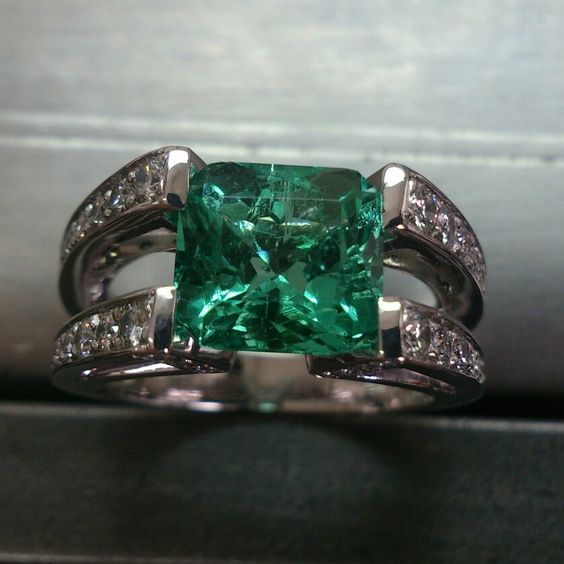 Esmeralda, diamantes y oroblanco