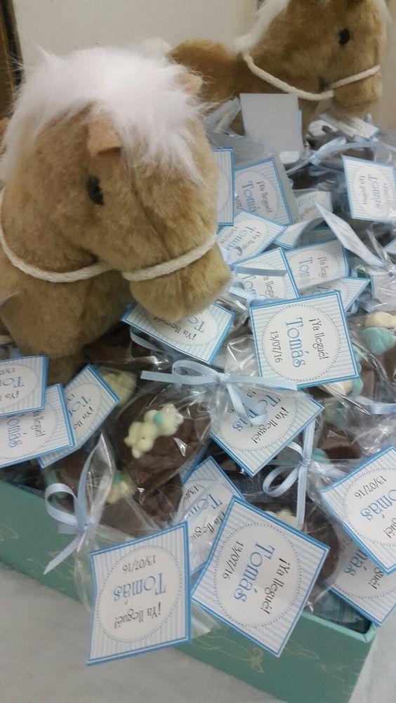 Souvenires de chocolate como regalo de nacimiento con caballito de peluche. www.palermodulce.com.ar /1561308022