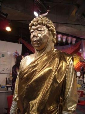 全身金色に塗られている大仏の格好をした古田新太の画像