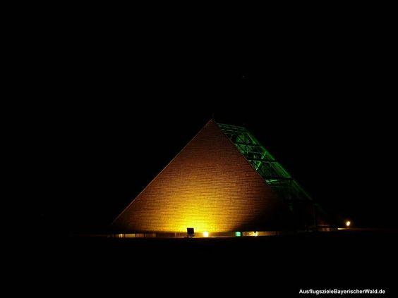 Pyramide in Stachesried, Bayerischer Wald. Sie ist Bestandteil des Kunstwanderweges ab Eschlkam.
