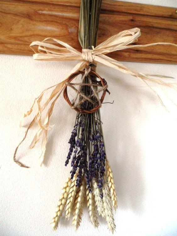 Ce beau bouquet naturel de blé et de lavande est parfaite pour célébrer Lammas.  Il est lié avec du raphia et dispose d'une main pentacle fait de la vigne et du jute. Il ya huit tiges ou des épis de blé - une pour représenter chacun des sabbats. Ce serait fière allure dans une cuisine ou Witchy sur un autel Handfasting ou à la maison.
