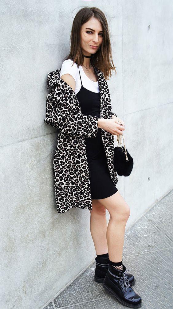 Street style look camiseta branca, vestido slip dress preto, camiseta branca e coturno.:
