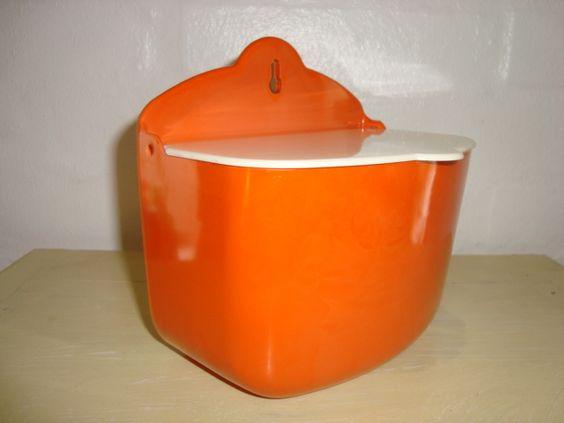Rosti Mepal Danish design retro salt box from the 60s made in melamin. Rosti saltkar til at hænge på væggen.  #Mepal #salt #box #60s #saltkar #melamin #kitchenware #Rosti #retro #Danish #dansk #design. From www.TRENDYenser.com. SOLGT.